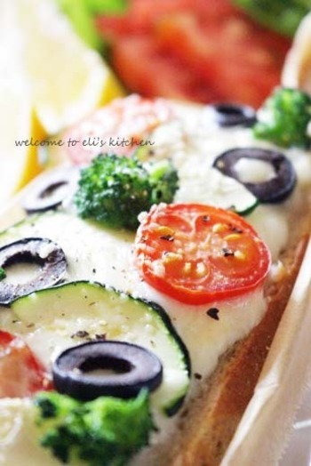 トマト、チーズ、オリーブなど、ピザのような具材を乗せたタルティーヌは定番レシピとして覚えておきたい一品です。