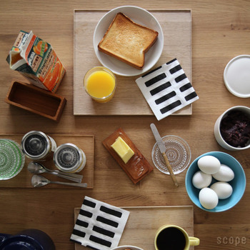 和の料理に合わせて使うのはもちろんのこと、洋食や軽めの朝食にもこんなにしっくりハマります。和洋の枠を飛び越えて使えるアイテムってなかなかありませんよね。ジャムの瓶とカトラリー、グリーンのお皿がのった細長いアイテムは半切サイズ。 和の食卓では醤油差しや薬味入れ、箸置、小皿などをまとめて置くのに便利ですよ。