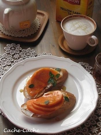 柿とチーズは相性抜群♪タルティーヌで人気のデザートレシピです。