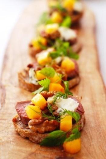 鴨×柿×クルミを使ったタルティーヌ。パーティーを盛り上げてくれるセンスの良いレシピです。