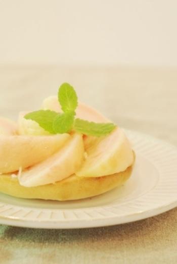 ベーグルに桃を乗せたシンプルなタルティーヌは紅茶といかがですか?