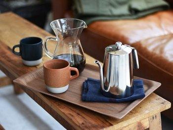 使い心地と佇まいの調和を大切に、コーヒードリッパーなど日々に寄り添う生活道具を作り続ける「KINTO(キントー)」。そんなKINTOが、ハンドドリップで淹れたコーヒーをゆったりと味わうために新たに立ち上げたプロダクトシリーズ「SLOW COFFEE STYLE(スローコーヒースタイル)」から紹介するのは、ナチュラルな木目がやさしいウォールナット製のトレイ。