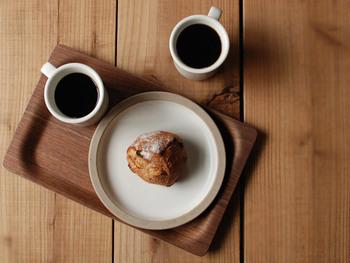 コーヒーやスイーツがのったお皿を無造作にのせただけでもこんなにおしゃれに。ナチュラルでやさしい雰囲気のトレイは、カフェタイムのテンションを盛り上げてくれますよ♪