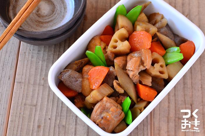 焼魚の付け合わせにぴったり☆鶏肉とれんこんやにんじん、根菜がたっぷりの筑前煮。1週間ほど冷蔵庫で保存がきくのでお弁当にも最適です。
