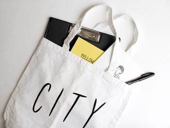 トートバッグの生地は、くたっとした洗いざらしのようにナチュラルな風合いが魅力のコットン素材。マチもあるので、A4サイズのノートやファイルはもちろん、タオルや洋服などのかさばりやすいものもしっかり収納することができます。ざくざくと荷物を入れて、デイリーで持ち歩くことができる頼れるアイテムです。