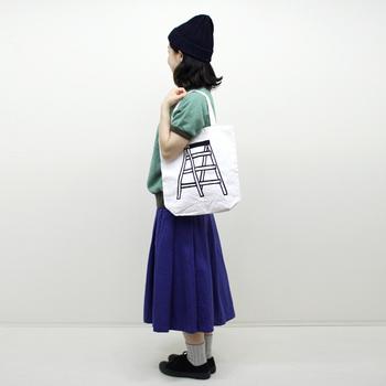 """こちらは""""脚立""""のイラストが描かれた「きゃたつトート」。一見コンパクトなバッグですが、肩掛けもできる長さの持ち手ももうれしいですね。"""
