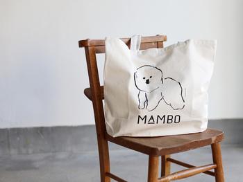 """愛嬌のあるモコモコ犬「ビションフリーゼ」のイラストが描かれたバッグ。東京・目黒の古いホテルをリノベーションして誕生させた「CLASKA(クラスカ)」が直営するライフスタイルショップ「Gallery & Shop """"DO"""" 」によるもの。愛らしいイラストは、塩川いづみさんによって描かれたものです。"""