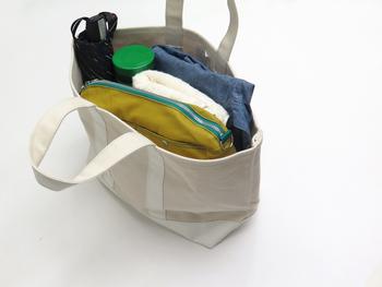 「白いバッグはおしゃれで素敵だけど、汚れやすいから…」。そんな不安がある方でも、こちらのアイテムは底部が防水性のある防炎シートなので、気兼ねなくガシガシ使うことが出来ますよ。 こちらのバッグはトートM。写真のようにたっぷりの容量が入るので、普段使いはもちろん、ちょっとした旅行にもおすすめです♪