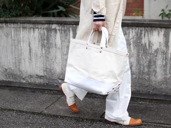 昨年より、ワントーンコーディネートが流行っていますよね。これからの季節は、ホワイトコーディネートのバッグにもおすすめです。アクセントになっているブロンズの鋲と同色のシューズを合わせれば、こなれ感が出てよりスタイリッシュな印象に♪