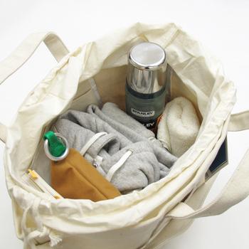 ランドリーバッグの名の通り、洗濯物を運ぶためにつくられたトートバッグは、厚手のコットン素材で丈夫に作られているのでとっても丈夫!写真のように荷物もたくさん入るので、ママバッグとして使っている方も多いそう。
