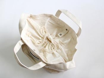 開閉部は巾着タイプで紐をきゅと縛って中を隠せるようになっているのもうれしいポイントです。