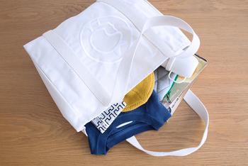 生地は厚手でしっかりしているので、多少重い荷物を入れても大丈夫♪ マチもあって荷物もたっぷり入る大容量なので、お買い物バッグや1泊旅行などでも活躍してくれます。マザーズバッグやジム通いのバッグとして使っている方も多いそう♪