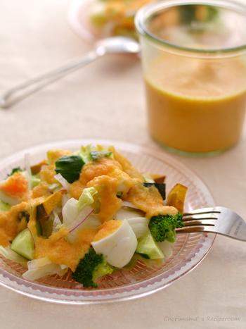 にんじん・たまねぎ・トマト・にんにくがたっぷり入ったドレッシングは、野菜の甘みがうれしい。このドレッシングをかければサラダもより一層、美味しくなりますよ。