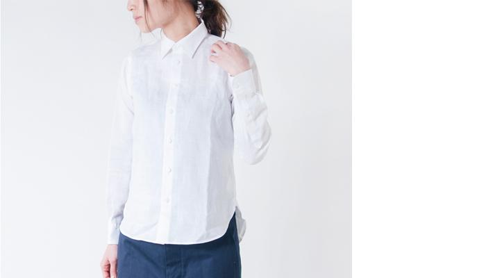 R & D.M.Co-定番のリネンシャツ。くたっとした生地の質感はそのままに、襟はシャキッと形が整っている仕立ての良いシャツ。上品に作られているから、裾はインせずに着てもだらしない感じになりません。