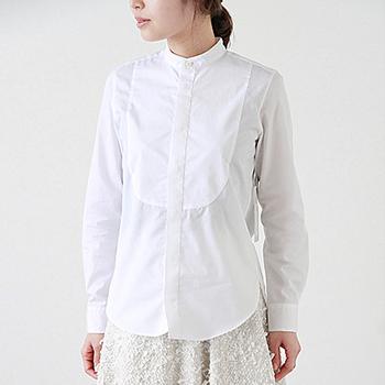 ドレス仕様のフロントスタイルが上品に感じられるシャツ。小ぶりのスタンドカラー、スリムな仕立てですっきりと着こなせます。ジャケットが合わせやすいので、大人っぽいデイリースタイルの他、セミフォーマルなシーンにも使えます。