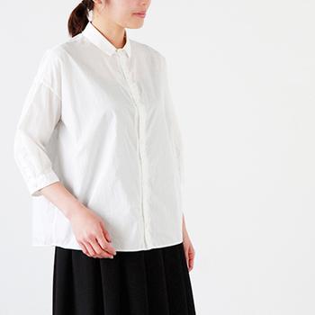 上品な光沢感のあるコットンタイプライターを使用したシャツ。ゆったりとしたサイズ感に見えますが、細身の襟や7分袖がすっきりとしたデザインです。ジャストな丈感で、裾はインでもアウトでもきれいなスタイリングになります。