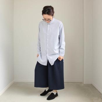 スタンダードな細いストライプのシャツ。起毛したコットンテンセル生地が独特の表情を見せています。着丈は少し長めで、ボリューミーなボトムスに合わせるとメンズライクに雰囲気よく着こなせます。