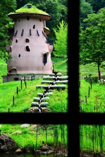 ここは、埼玉県飯能市にある「あけぼの子どもの森公園」です。ムーミン物語の世界観をイメージした公園というコンセプトで作られたとのことで、豊かな自然に囲まれた環境と、まるで童話の中から出てきたような建物が印象的。