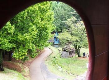 見晴らし橋の窓からの眺めはこのような感じです。自然に囲まれた環境なので、四季それぞれの景色が楽しめそう。