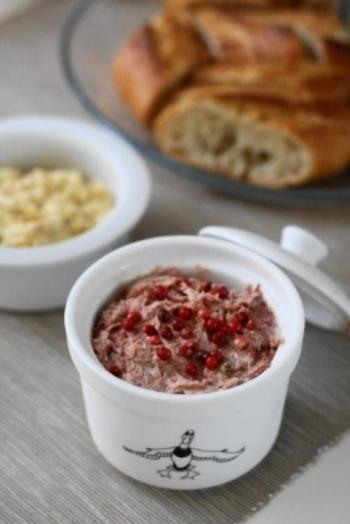 コンビーフに玉ねぎやクリームチーズ、ガーリックパウダーを混ぜるだけのおつまみ。パンやクラッカーにのせて、おしゃれで美味しいひとときを。