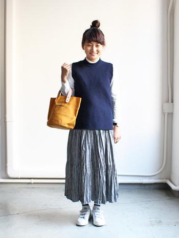 スカートで個性を主張できる素敵デザイン♪トレンドのニットベストと合わせてカジュアルに。