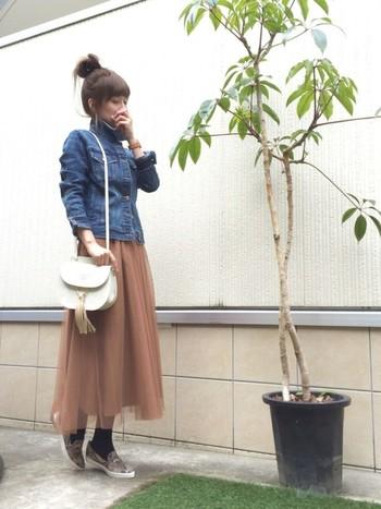 ブラウンとピンクを混ぜたような素敵な色のロングスカート♡Gジャンをシャツのように合わせてスッキリ着こなしていて素敵です♡デートにもピッタリなコーデですよね。