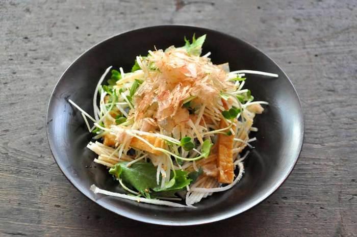 お肉を食べた後はさっぱりしたサラダを食べたくなりますね。大根に水菜、かいわれに油揚げのこんな和風サラダはいかがでしょう。お酒のおつまみとしても合いますし、どんなジャンル料理でも相性が良い万能サラダです。