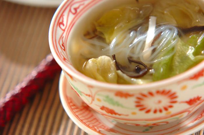同じ中華の仲間同士、こんなのどごしつるんとした春雨スープはいかがでしょう?固形チキンスープの素でできる意外に簡単な中華スープ、レタスのしゃきしゃき感もたまりません。心も身体もほっとするやさしい味です。