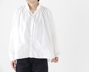 """「DMG Brocante」の""""アルチザンヌコットンシャツ""""は、ヨーロッパのアンティークシャツを思わせるクラシカルな雰囲気。""""アルチザンヌ""""は職人を意味し、フランスで職人が着用していた服をイメージして作られたのだとか。"""