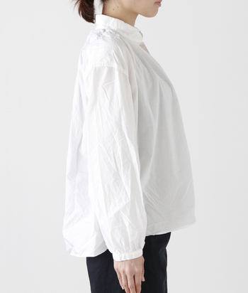 後ろを長めに取ったシルエットや、ふんわりとした袖も魅力的です。ボトムスにタックインして着れば、ふんわり感がより引き立ち、ナチュラルな印象に。