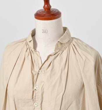 程良い開き具合の小ぶりな丸襟と肩口から入ったギャザーで、とても女性らしいデザイン。