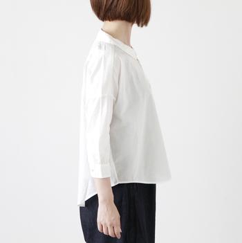 横から見ても抜け目のない、美しいシルエット。肩の落ちたデザインのため、ゆったりとした雰囲気で着こなすことができます。ゆったりとしたパンツやロングスカートとなど合わせて、大人のナチュラルスタイルを楽しみたいですね。