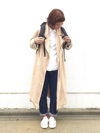 YAECA(ヤエカ)のスタンダードデニムは、ベーシックなシルエットで末長く愛用できる1本。春らしいラップコートを羽織って。