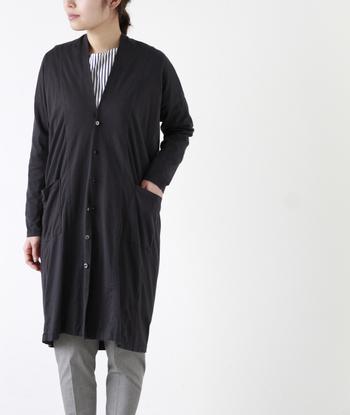 """ナチュラル服を大人っぽく着こなしたいなら、ロングカーディガンは欠かせません。こちらは、着物のように美しい佇まいの「universal tissu」""""スラッシュネックドロップカーディガン"""""""