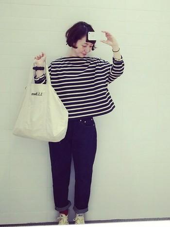 黒×白のボートネックシャツにベーシックなデニムをロールアップして。大人のフレンチマリンコーデですね。