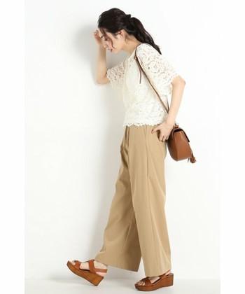 パンツには丈が短めのトップスが良く合います。茶系の小物との相性もいいですね。