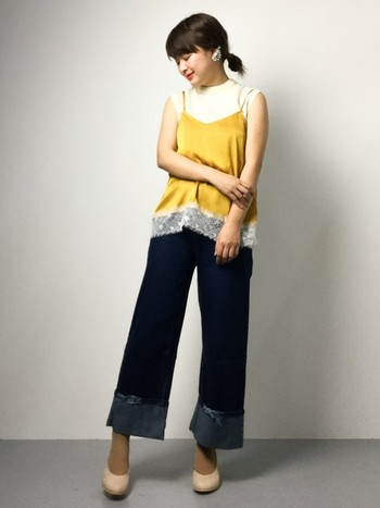 サテンレースのキャミソールは、ちょっぴりランジェリーを思わせるセクシーさがポイントです。シンプルなシャツやデニムと合わせて、カジュアルダウンして。