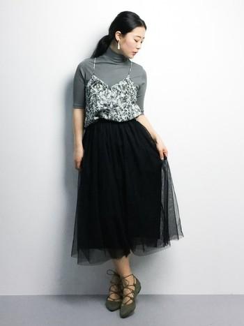 女性らしい華奢なデザインが素敵なキャミブラウス。チュールスカートと合わせてクラシカルなレディスタイルに。