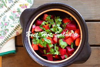 根菜ゴロゴロな体温まるホットサラダ。バルサミコ酢とお醤油のドレッシングでいただきます♪こちらのビーツは、他の野菜とともに蒸し煮にしています。