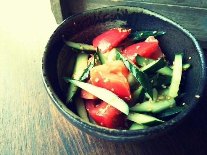 ごま油と鶏がらスープの素を使って、こんな簡単にできるトマトときゅうりのナムルも中華料理の付け合わせにぴったり☆白ごまをたっぷり入れましょう。