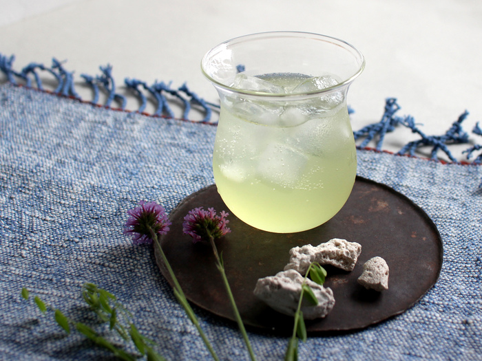 ■Babaghuri|薄手ガラスコップ  空気のように薄く軽やかなグラスは、チューブ状のガラスをバーナーで溶かしながら、手作業でかたちづくっています。 ゆるやかな曲線をつけて口が広がった形は、持ちやすく、飲み口も柔らか。 ビアグラスやワイングラスにもちょうど良く、どんなシーンでもお使いいただけます。