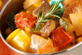 トマトやズッキーニなどの夏野菜をローリエ、ローズマリーのハーブと一緒に煮込むだけでとっても簡単。塩コショウのシンプルな味付けなのに、トマトの存在感が引き立ちます。日持ちもするのでお弁当に、パスタやオムレツに大活躍する一品です。