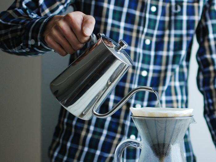 ■KINTO|SLOW COFFEE STYLE ケトル 900ml  緩やかなカーブを描いた細い注ぎ口のケトルは、お湯を注ぐ位置や量、スピードを自分好みのドリップの仕方に調整することが可能。ステンレス製なので、直火にもかけられるのがうれしいですね。 光沢のあるステンレス製のスタイリッシュで美しい佇まいは、道具以上の価値を感じさせます。