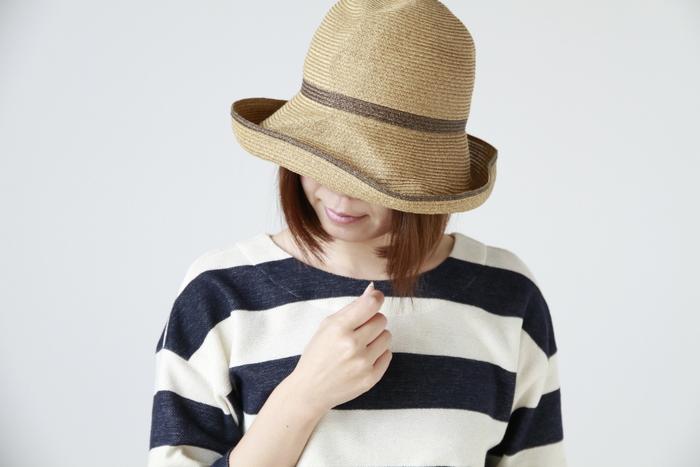 """■mature ha.│ストローハット""""BOXED HAT""""  クシャッとしたしわ感を残したナチュラルな風合いのハット。 柔らかな素材感で、使わない時は折りたたんでバッグへ収納できるため、旅行にもおすすめです。 リボンを巻くのではなく、カラーを切り替えた配色が甘くなりすぎず、大人の女性に似合います。"""