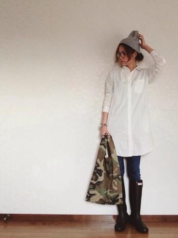 白シャツワンピースに細めデニムのコーデは定番ではありますが、やはり相性抜群です。雨の日でも安心のハンターのブーツや迷彩柄のバッグ、メガネなどこだわりのアイテムをコーデに加えて自分らしくアレンジしているのが素敵です♡