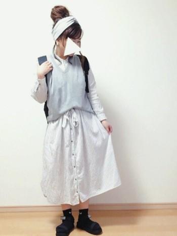 ニットベストを合わせればシャツとスカートのコーディネートのように見えるので、マンネリ化してきたら是非トライしてみてもらいたいコーデです♪太めのターバンに大きめお団子ヘア、おくれ毛の柔らかい雰囲気で女の子らしさを演出して◎