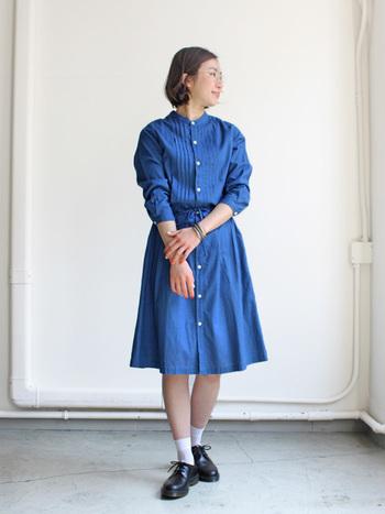 春らしいキレイなブルーのシャツワンピースはきちんと感のある靴を合わせて品のよさをアピール♪手首を見せる時はアクセを忘れずに、ネイルもオシャレなカラーで女子力の高さも一緒にアピールしちゃいましょう♡