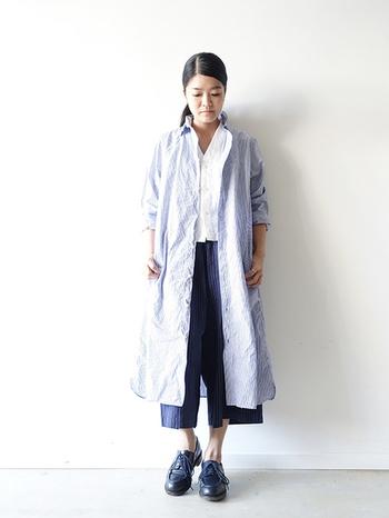 シャツワンピースの下にシャツを合わせた個性的なコーディネート。ガウチョパンツの丈感も絶妙で、きちんと感ある靴、手首、足首の素肌感、どれをとっても絶妙なオシャレ感を醸し出しているコーディネートです。
