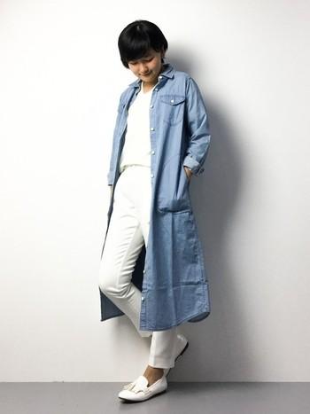まるでスプリングコート!サラッとロング丈のシャツワンピースを羽織ったコーデ。ホワイトコーデにライトブルーを合わせて春っぽく仕上げた素敵コーデは是非真似したいですね!