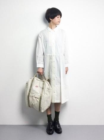 まずはワンピースとしてキチンと着こなすコーデから。真っ白なシャツワンピースをきちんと着れば優等生感ただよう清楚なコーデの完成です。バッグはキャンパス地のコロンとしたデザインでリュックとしても手持ちとしても可愛く使えるカジュアルなものにして、程よいヌケ感を演出していますね。